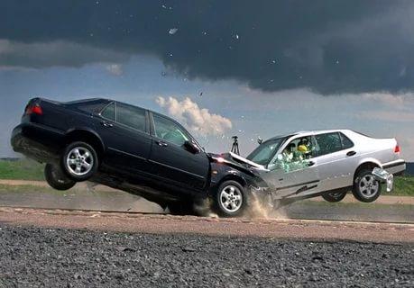 Сила удара при лобовом столкновении на скорости 50 км/ч.