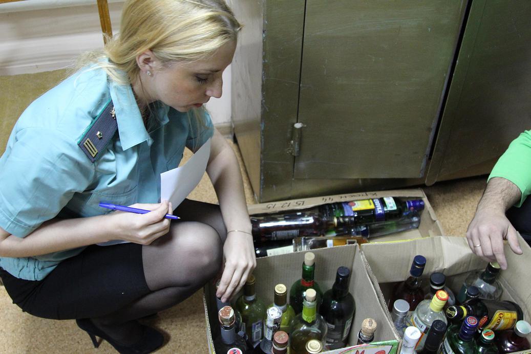 Пристав исполняет постановление— конфискует алкогольную продукцию