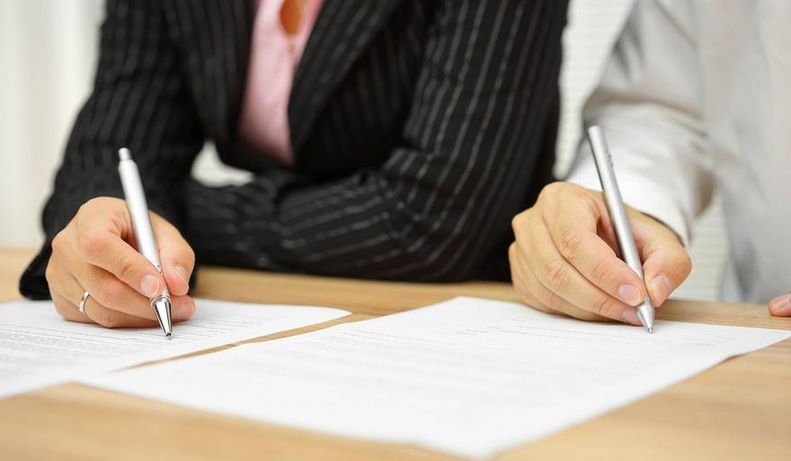 Пара подписывает бумаги при разводе