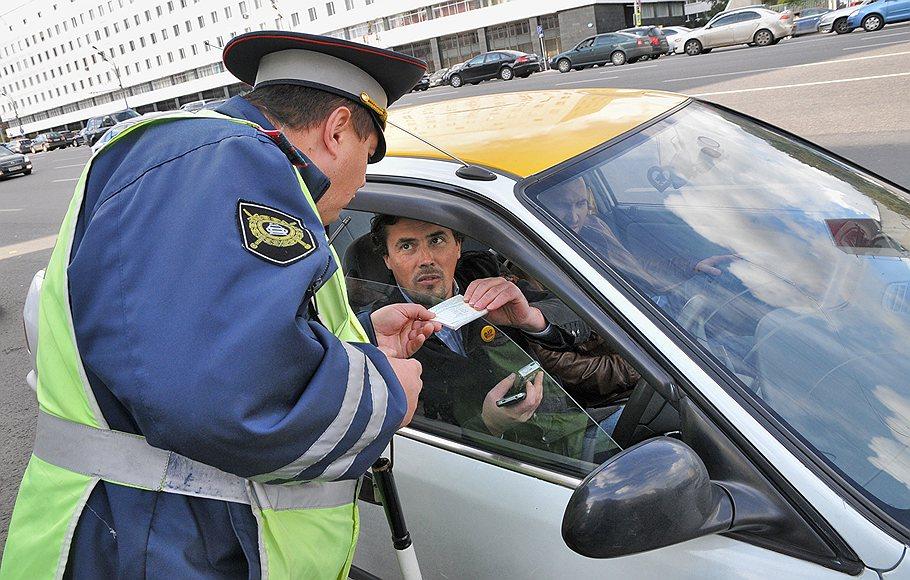 Автовладелец передает инспектору разрешительный документ