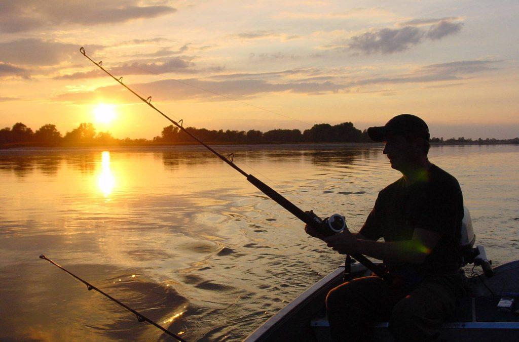 Могут наложить штраф и конфисковать лодку за ловлю рыбы