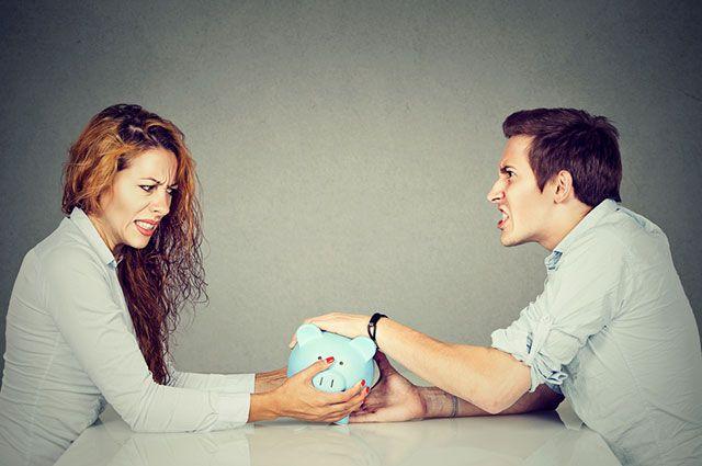 Мать получает алименты а ребенок живет с отцом