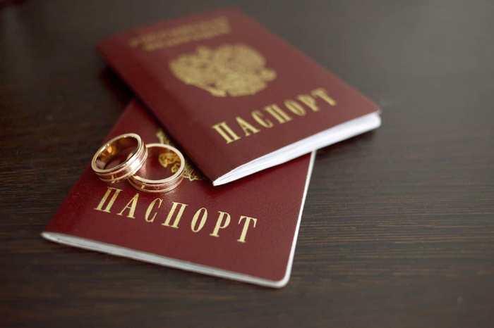Смена фамилии после замужества: все «за» и «против»